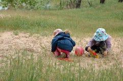 使用与沙子的孩子 免版税库存图片