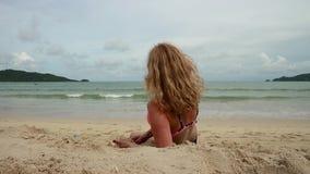 使用与沙子的美丽的亭亭玉立的妇女在异乎寻常的海滩 股票录像