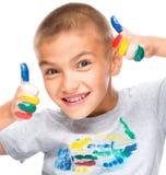 使用与油漆的一个逗人喜爱的男孩的画象 免版税库存照片