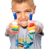 使用与油漆的一个逗人喜爱的男孩的画象 库存照片