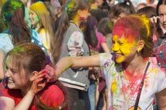 使用与油漆的两个女孩 颜色Holi节日在切博克萨雷,楚瓦什人共和国,俄罗斯 05/28/2016 免版税库存图片