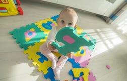 使用与泡沫难题的婴孩 库存照片
