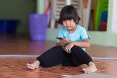 使用与流动智能手机的亚洲孩子 库存照片