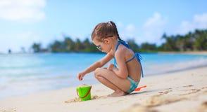 使用与海滩玩具的可爱的小女孩 免版税库存照片