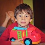 使用与消防车的年轻男孩 免版税库存照片