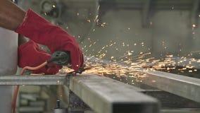 使用与火花的工作者的慢动作金属研磨机飞行在金属商店 股票录像