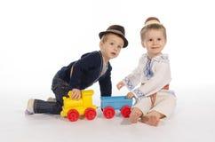 使用与火车玩具的两个孩子 库存照片