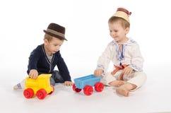使用与火车玩具的两个孩子 免版税库存照片
