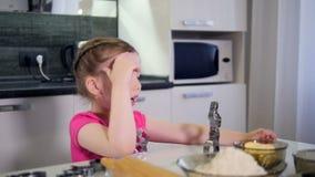 使用与烹调形式的小女孩的画象 Timelapse HD 股票录像