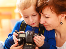 使用与照相机的母亲和孩子拍照片 免版税图库摄影