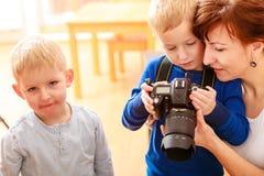 使用与照相机的母亲和孩子拍照片 库存图片