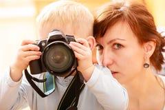 使用与照相机的母亲和孩子拍照片 库存照片