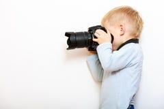 使用与照相机的男孩孩子拍照片 免版税库存图片