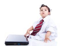 使用与父亲的衣裳和计算机的孩子 库存照片