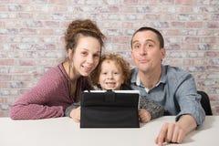 使用与片剂计算机的愉快的家庭 免版税图库摄影