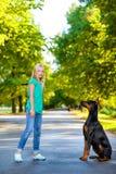 使用与狗或短毛猎犬的白肤金发的女孩 免版税图库摄影