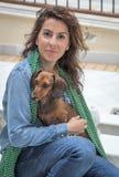 使用与狗的可爱的妇女 库存图片