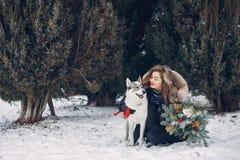 使用与狗的美丽的妇女 库存照片