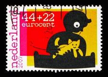 使用与猫,孩子的男孩盖印-残疾ser的年 免版税库存照片