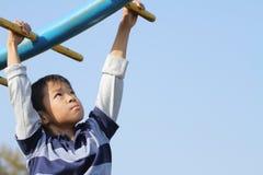 使用与猴子栏杆的日本男孩 库存照片