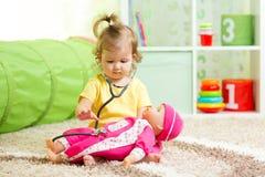 使用与玩偶的孩子女孩 免版税库存图片