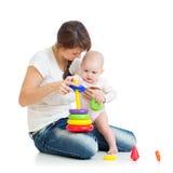 使用与玩具一起的女婴和母亲 库存图片