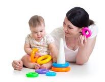 使用与玩具一起的女婴和母亲 免版税图库摄影