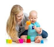 使用与玩具一起的孩子男孩和母亲 库存图片