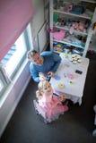 使用与玩具厨房集合的父亲和女孩 库存图片