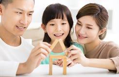 使用与玩具块的愉快的家庭 免版税库存图片