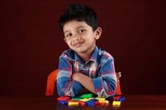 使用与玩具字母表的孩子 免版税库存照片
