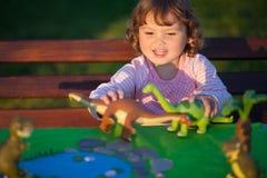 使用与玩具恐龙的小孩孩子 库存照片