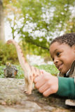 使用与玩具恐龙的男孩 免版税库存图片