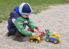 使用与玩具挖掘者的孩子 免版税库存照片
