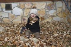 使用与玩具枪的孩子 库存照片