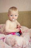 使用与玩具汽车的可爱的婴孩 免版税库存照片
