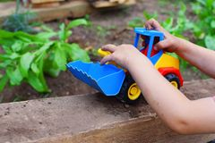 使用与玩具汽车的小男孩手 免版税库存图片