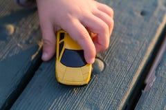 使用与玩具汽车的手 免版税库存图片