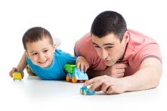 使用与玩具汽车的爸爸和小孩男孩 免版税库存图片