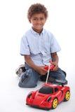 使用与玩具汽车的男孩 库存照片