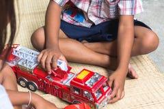 使用与玩具火汽车集合的泰国孩子,一般 免版税库存图片