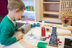 使用与玩具火车的孩子 免版税库存照片