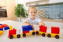 使用与玩具火车的逗人喜爱的聪明的女孩 库存照片