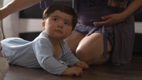 使用与玩具熊和她小儿子室内平的母亲-穿蓝色身体衬衣的亚裔混杂的种族儿童男孩 影视素材