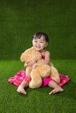 使用与玩具熊的亚裔矮小的中国女孩 库存图片