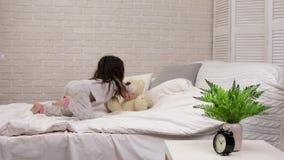 使用与玩具熊的可爱的愉快的小孩女孩 影视素材