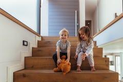 使用与玩具熊的孩子 库存图片