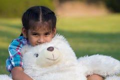 使用与玩具熊的孩子 免版税图库摄影