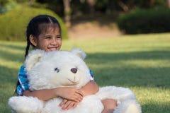 使用与玩具熊的孩子 免版税库存照片