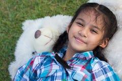 使用与玩具熊的孩子 库存照片